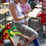 Kinder und Erwachsene haben Spass mit Airbrush Tattoos