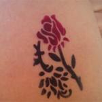 Airbrush Tattoo als zweifarbige Rose auf dem Oberarm