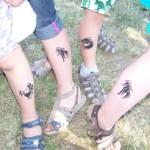 Viele Kinder Tattoos an den Beinen