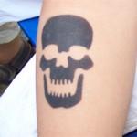 Totenkopf Tattoo im Berliner Kindergarten