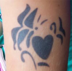 Schmetterling auf Herz Airbrush Tattoo