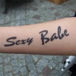 Der Airbrush Gag für die weiblichen Gäste. Sexy Babe Tattoo am Unterarm