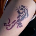 Airbrush Spass Tattoo auf dem Oberarm