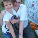 Mama und Tochter sind gluecklich mit dem Spass Tattoo