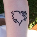Spass Tattoo mit Rose und Herz