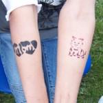 Schaut her, ich habe auch ein Spass Tattoo fuer Kinder