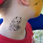 Airbrush Tattoo am Hals im Kindergarten