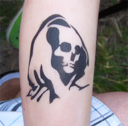 Totenkopf Tattoo im Kindergarten
